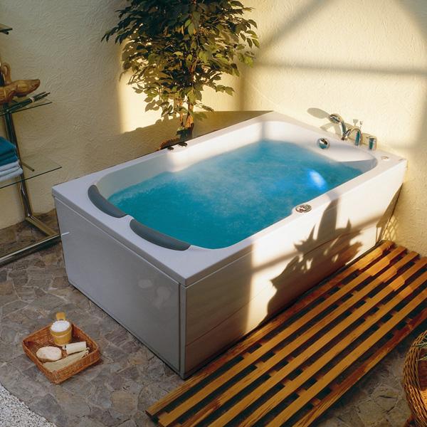 Et spabad til to personer. Nyd det varme vand, massagen og roen sænke sig over jer.